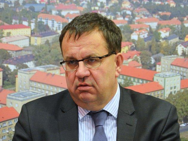 Ministr Jan Mládek na tiskové konferenci na radnici v Mostě v pondělí 13. ledna..