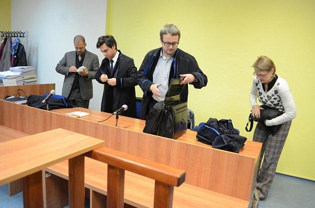 VMostě začal soud sanarchisty. Na snímku obhájci.