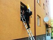 Strážník vstupuje do bytu, z kterého stoupal kouř