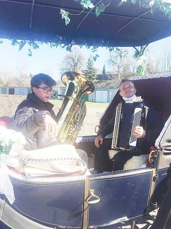 Velikonoce v obci Braňany u Mostu. V neděli projel vesnicí koňský povoz s kapelou. Zdroj: Radek Jareš