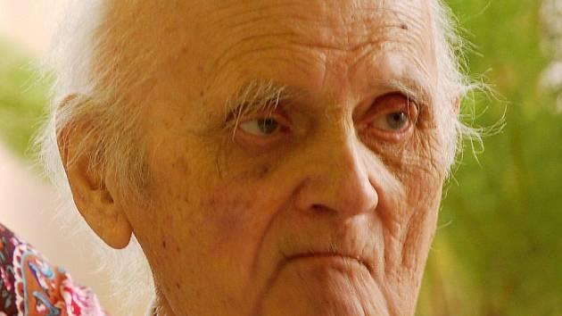 Právník Josef Schleger ze Vtelna, ve své době nejstarší Mostečan, zemřel ve věku nedožitých 103 let v roce 2015. Snímek je z oslavy v roce 2012, kdy měl 100 let.