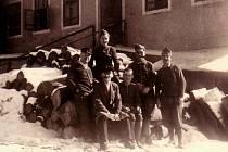 Francouzští váleční zajatci v zimě roku 1941 v Hoře Svaté Kateřiny, kdy pracovali ve zdejší firmě Walter. Antonin Mellet stojí druhý zprava.