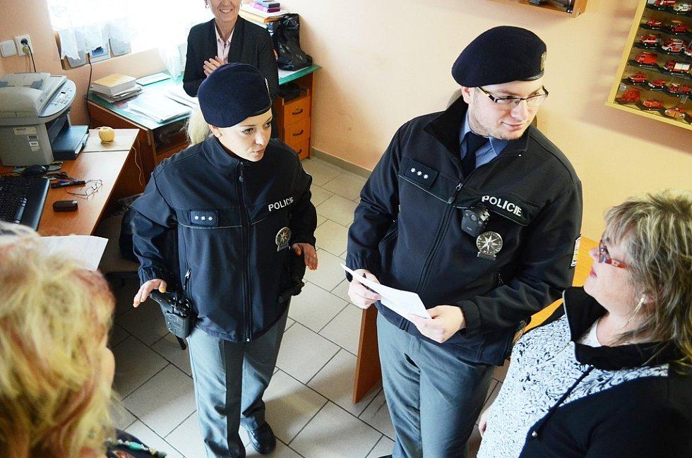 Volby v Mostě v pátek 20. října. Policie kontroluje volební místnost v Rudolicích v Mostě. Je to standardní záležitost. Místnost je požární zbrojnicí.