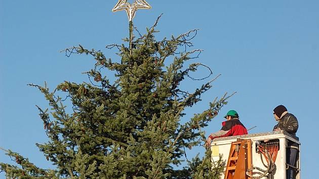 Zdobení vánočního stromu na 1. náměstí v Mostě v roce 2009.