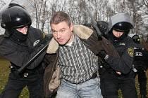 Litvínovští strážníci se připravují na nepokoje. Trénují v areálu střelnice.