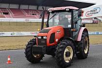 Slalom traktorem mezi kužely