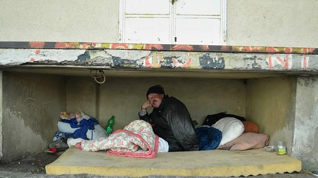 54letý bezdomovec Zbyněk žije s dalšími tuláky pod rampou mosteckého obchodního střediska Obzor.