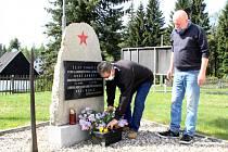 Členové Severočeského leteckého archivu Most položili květiny k pomníku v Klínech.