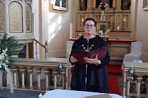 Starostka města Lom Kateřina Schwarzová v  kostele Nejsvětějšího srdce páně v Lomu při svatebním obřadu.