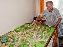 Litvínovan Petr Kašprák staví model města Litvínova v podobě z roku 1938.