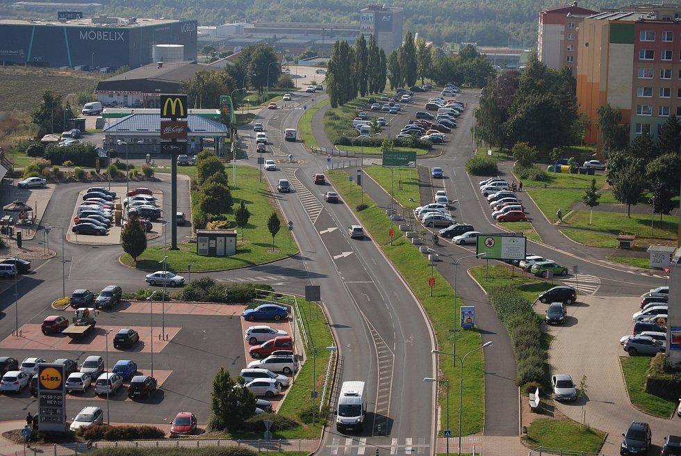 Vpravo obchodní zóna Na Sadech, kde má být i Kaufland, probíhá zjišťovací řízení kvůli EIA.