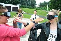 Studentky si zkoušejí najít nos s brýlemi, které simulují stav po požití alkoholu a marihuany.