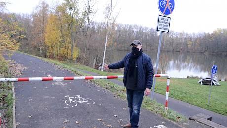 Jiří Mareš ukazuje zavřenou cyklostezku v Novém Záluží v Litvínově. Tato část oddechové zóny se má v příštím roce opravit.