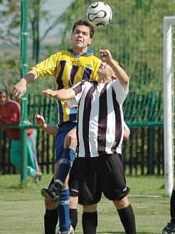 Fotbalisté Obrnic (níže) v dalším kole dokázali přehrát soupeře z Klášterce nad Ohří.