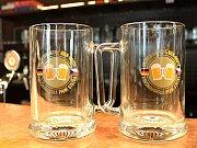 Půllitr s emblémem. Trofej, za kterou pivaři vyrazili na Krušnohorskou pivní stezku.