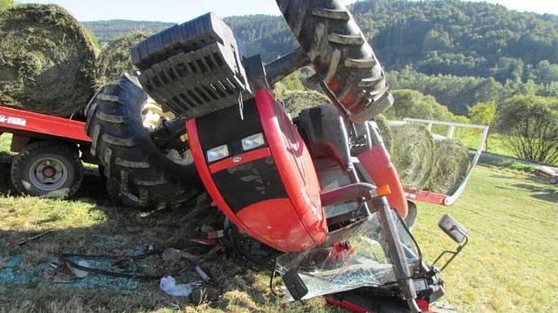 Převrácený traktor.