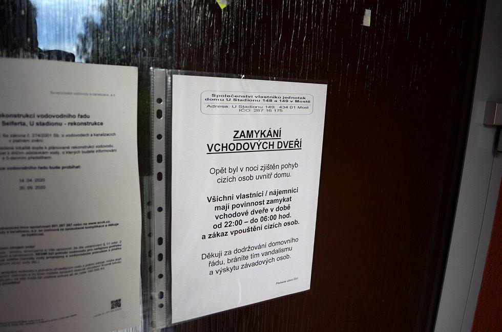 Leták na sousedním paneláku, kde vznikla petice za zrušení hřiště
