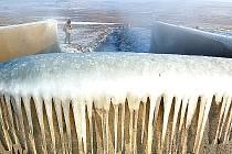 Ústí průmyslového vodovodu, kde voda napájející jezero Most vytéká na povrch.