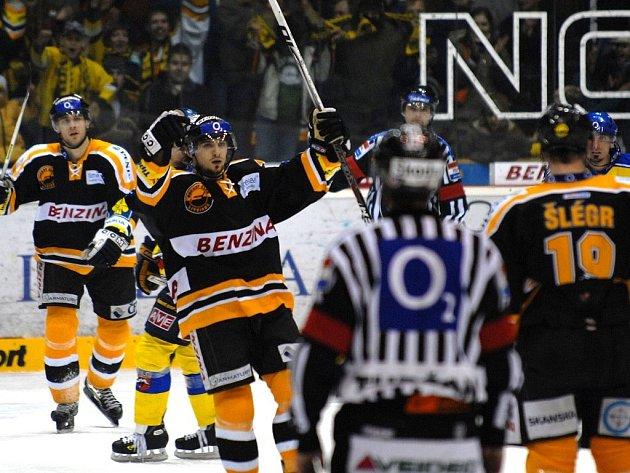 Poslední zápas základní části ELH v sezoně 2007/2008 bylo ve znamení zápasu s příchutí derby, když se na litvínovském ledě střetly týmy HC Litvínov vs HC SLovan Ústečtí Lvi. Šlégr prostřelil Přikryla, asistence Lukeš.
