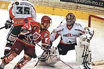 Dvakrát hradečtí hokejisté (červené dresy) naložili HC Most sedm branek, ve třetím zápase jim k výhře stačily čtyři trefy. Most Hradec ještě nepřehrál.