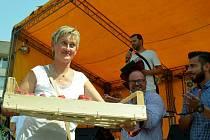 Marcela Šípová z Meziboří vyhrála soutěž o Nejchutnější mosteckou marmeládu z jahod na Farmářské slavnost na 1. náměstí v Mostě.
