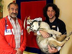 Starosta Malého Března Radim Novák a Gianluca Ratta s fenkou Shirou na obecním úřadě.