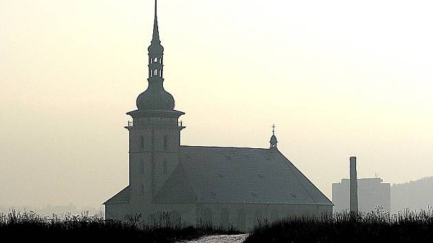 Cesta k jezeru Most od děkanského kostela.
