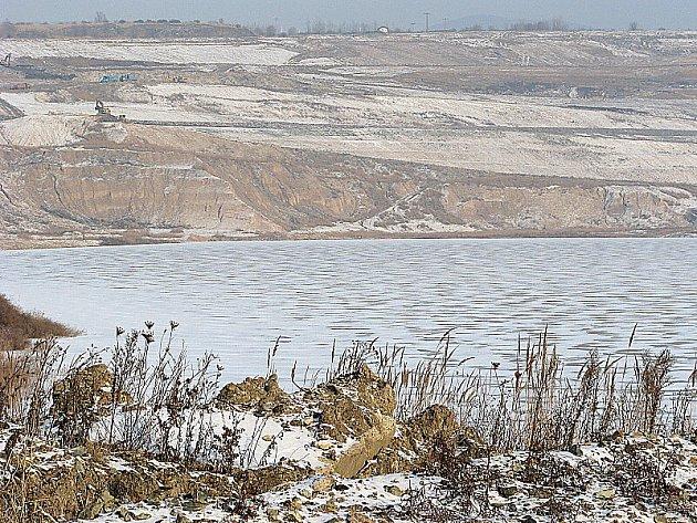 Zamrzlá hladina jezera Most.