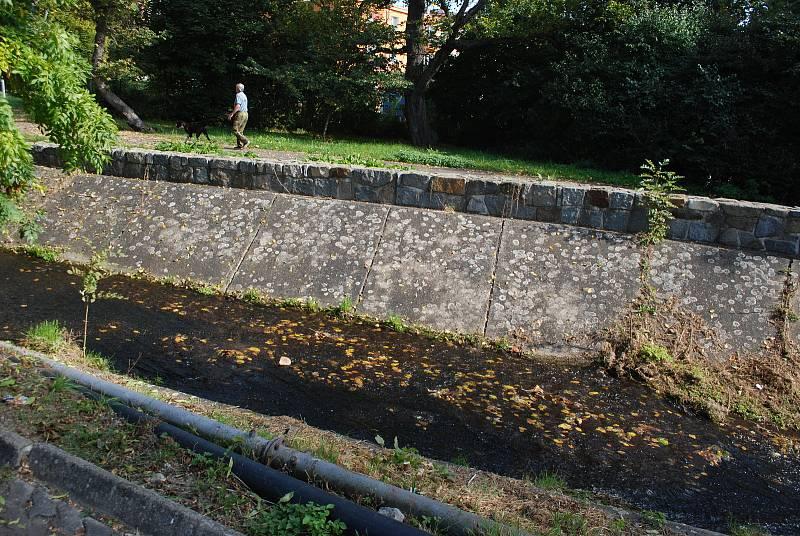 Simon De Fant ukázal Deníku místo v Litvínově, kde jeho syna přepadli výrostci.