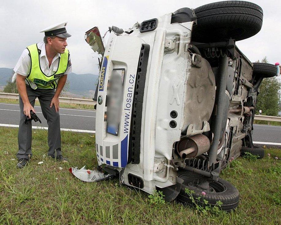 Policista obhlíží škody uvnitř vozu...