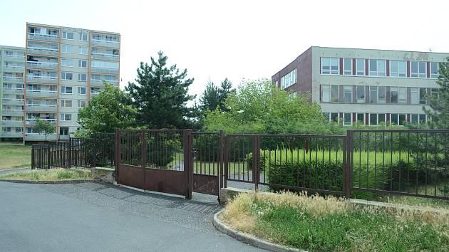 Bývalá 17. ZŠ na sídlišti Liščí Vrch (Sedmistovky) v Mostě chátrá. Město má plán na demolici. Jiné využití zatím není.