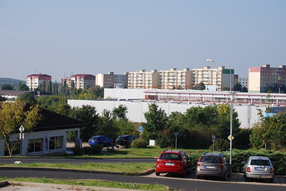 Na tomto místě, u Baumaxu v Mostě, má stát Kaufland, probíhá zjišťovací řízení kvůli EIA.