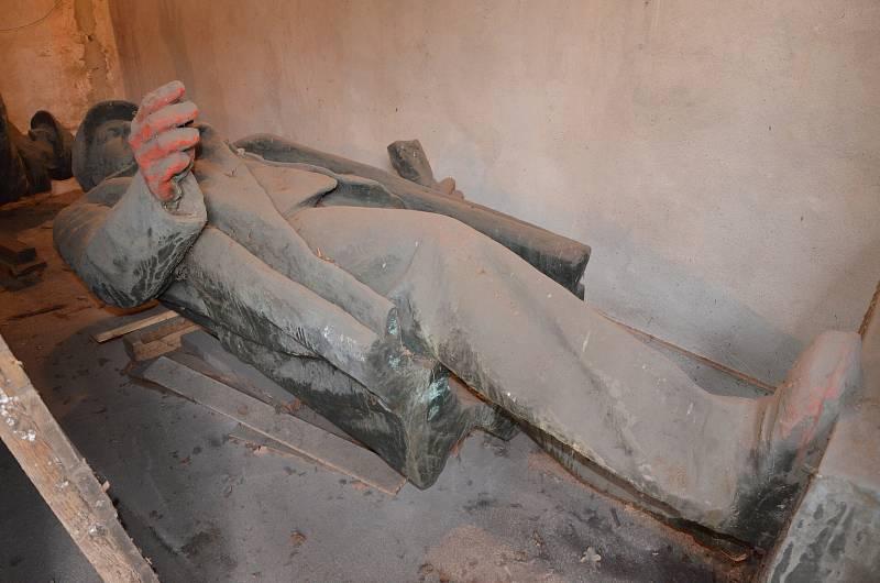Mostecká socha Klementa Gottwalda, prvního komunistického prezidenta, je od roku 1990 v depozitáři Oblastního muzea v Mostě.
