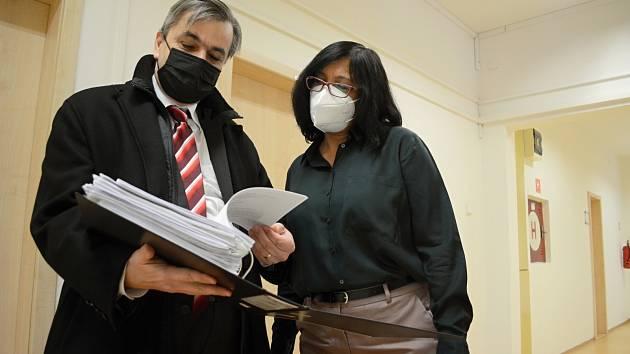 Advokát David Strupek a Iveta Theuserová čekají na chodbě Okresního soudu v Mostě na zahájení jednání.