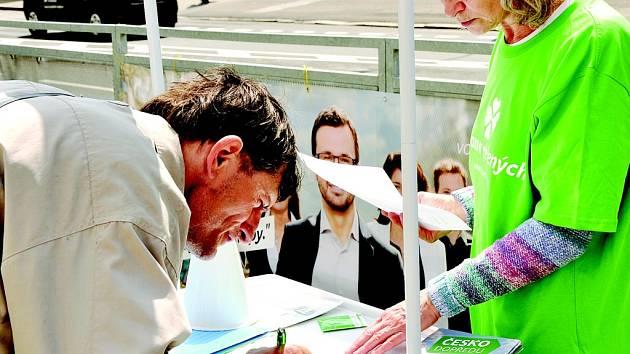 V květnu lidé podepisovali u Centralu v Mostě petici proti hazardu. Brzy tam má být stánek pro podpisy k vyvolání referenda.