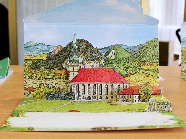 Letos film, loni pohled. Mostecký přesunutý kostel v minulém roce slavil 500 let od zahájení stavby. U této příležitosti vyšlo originální skládací psaní s motivem kostela.