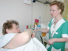 Zdravotní sestra se stará o pacientku v mostecké nemocnici.
