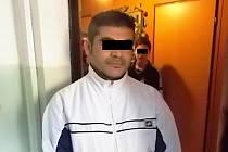 Muž, kterého strážníci označili za útočníka, při sporu v domě, který vyvrcholil napadením.
