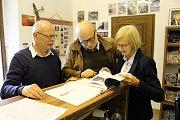 Leny a Jac Crinsovi debatují nad novou knihou s Karlem Otto Novákem ze Severočeského leteckého archivu Most.