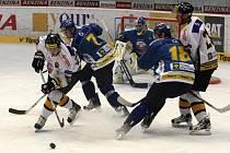Hokejisté Litvínova (v bíločerném) hostili na svém ledě hokejisty z Ústí nad Labem.