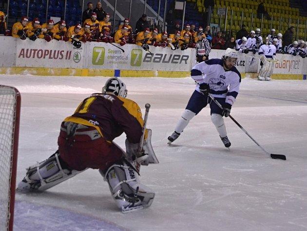 Mostečtí hokejisté (v bílém) porazili doma Jihlavu po nájezdech.