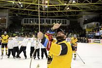 Zbyněk Stryal při vítězném zvonění za svého otce.
