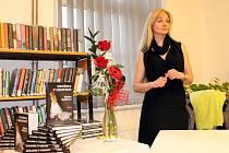 Začínající spisovatelka Blanka Kubíková a její prvotina, román Nevěsta v okovech.