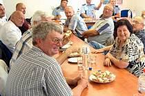 STAROSTI I RADOSTI. Zástupci vedení obcí na Mostecku se sešli s představiteli mostecké Policie ČR, aby společně zlepšili bezpečnost v obcích a zjistili, co obce nejvíce trápí a co si naopak pochvalují.