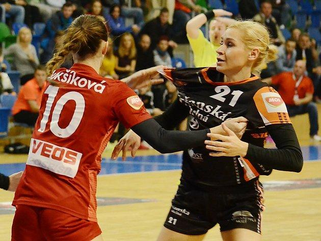 Devítigólová Simona Szarková (v černém) v zápase s Veselím nad Moravou.
