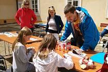 Na nádvoří litvínovského zámku Valdštejnů se konalo zábavné odpoledne s knihovnou.