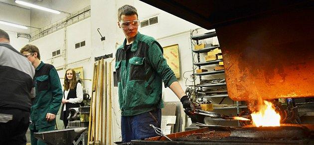 Studenti Střední průmyslové školy vMostě se učí ivkovárně. Technické obory mají podle odborníků budoucnost.