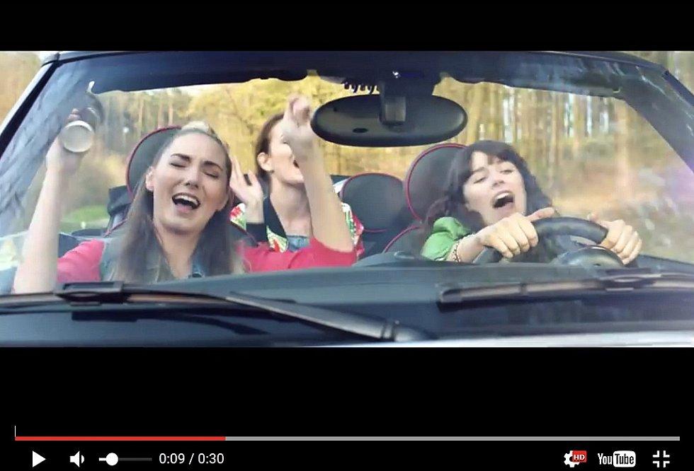 Záběry z TV reklamy na MOL z roku 2016 připomínají video z tragické nehody dvou mladých žen v Obrnicích.