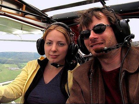 Markéta Poustková a pilot Petr Šebela.