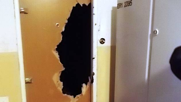 Dveře zničené 23letou dívkou.
